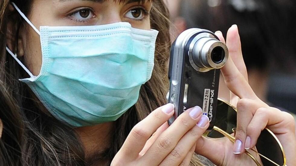 POST-APOKALYPTISK: I den britiske serien som NRK nå har valgt å utsette å sende dør nesten hele jordens befolkning etter en epidemi. Foreløpig nøyer folk i London seg med å bruke munnbind for å unngå å bli smittet av den sannsynligvis noe mindre farlige svineinfluensaen. Foto: Toby Melville/Reuters
