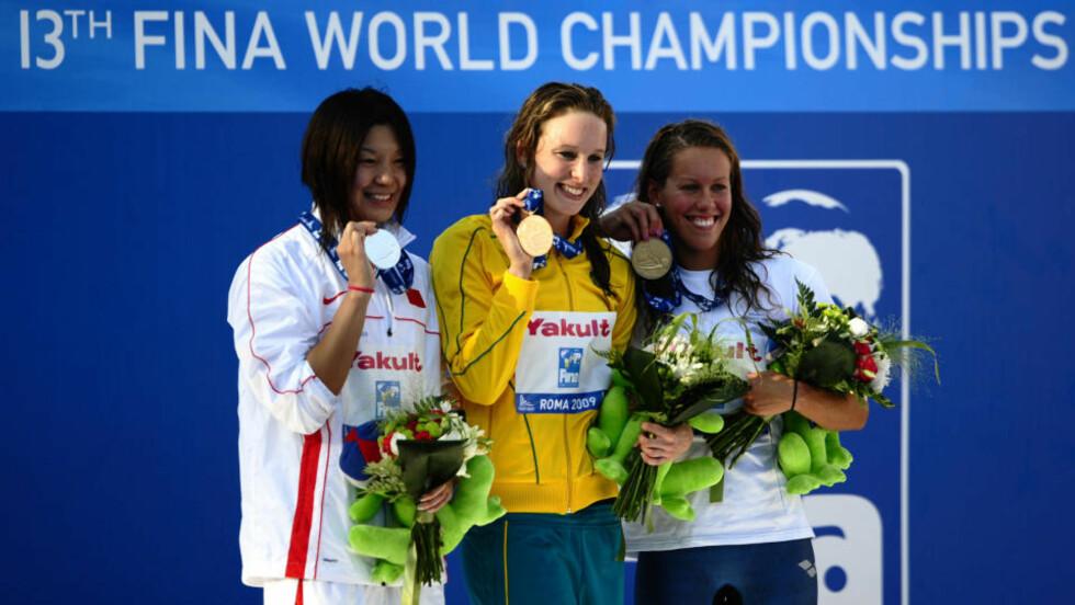 HISTORISK PALL: Ikke siden Lene Jensens sølvmedalje i 1978 har en nordmann stått på seierspallen under et svømme-VM i langbane. Ingvild Snildal (t.h.) gjorde slutt på ventetida da hun slo inn til bronsemedalje på 50 meter butterfly. Her er Asker-jenta sammen med gullvinner Marieke Guehrer fra Australia (midten) og sølvvinner Zhou Yafei fra Kina. Foto: SCANPIX / AFP PHOTO / FILIPPO MONTEFORTE