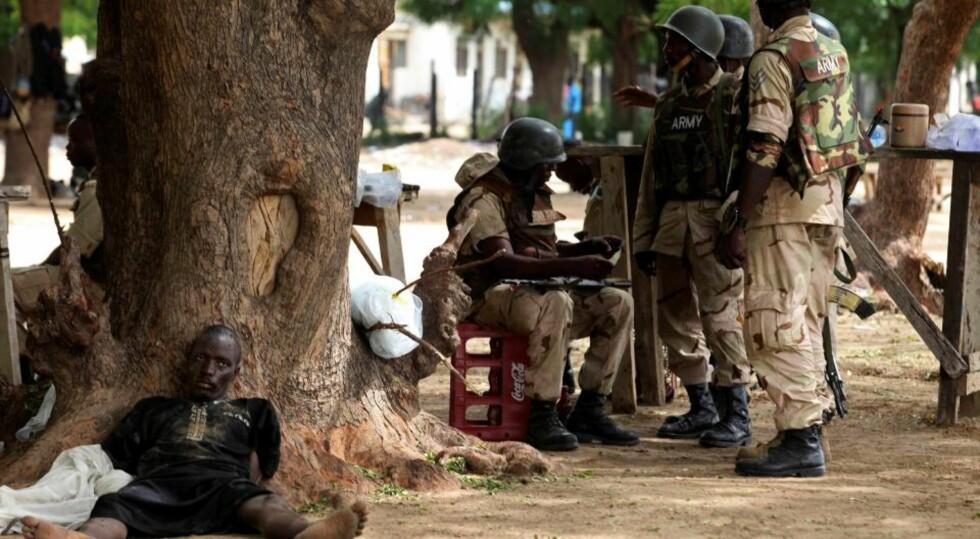 URO: Her ligger et mistenkt Boko Haram-medlem tatt til fange av Nigerias sikkerhetsstyrker.  Foto: AP Photo/Sunday Alamba/Scanpix