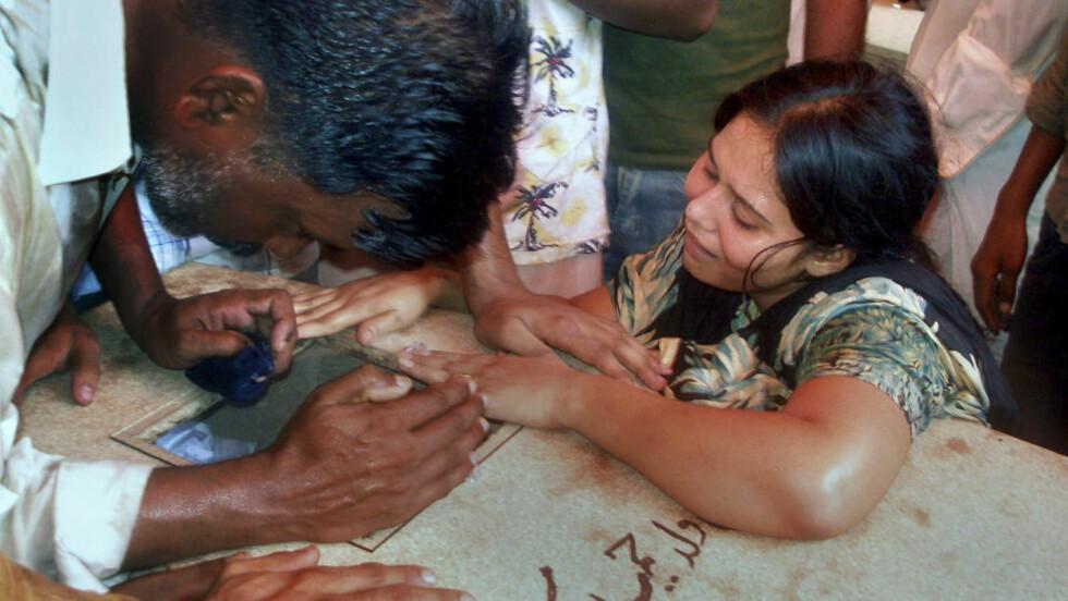 VIL MINNES DE DØDE: Kristne pakistanere sørger over kista til en død slektning. Foto: AP Photo/Khalil-ur-Rehman