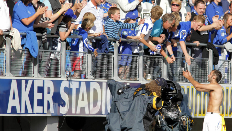 HYLLET: Magne Hoseth skrev autografer etter 8-1-kampen Molde og Start på Aker stadion i Molde lørdag. Foto: Svein Ove Ekornesvåg / SCANPIX