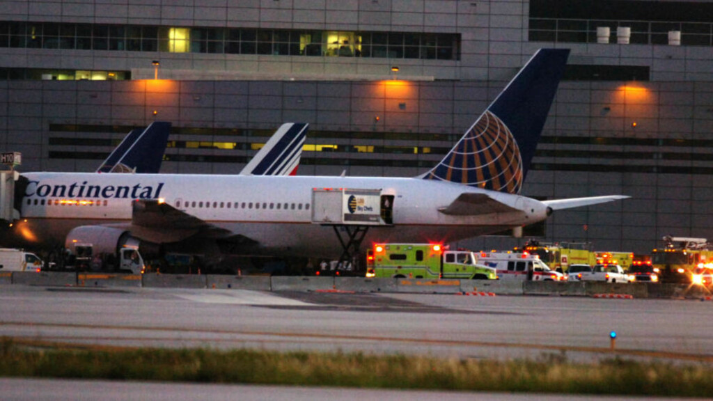 KRAFTIG TURBULENS: Passasjerflyet fra Continental Airlines opplevde kraftig turbulens og måtte nødlande i Miami. Minst 26 skadd, fire av dem alvorlig. Foto: AP Photo/Miami Herald, Tim Chapman/SCANPIX
