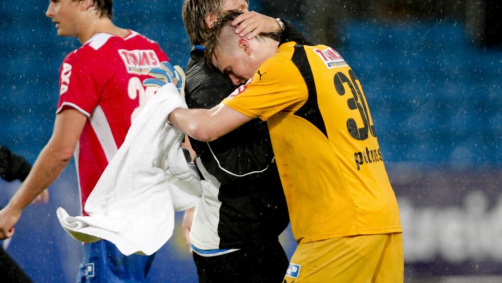 NEDBRUTT: Lyn-keeper Arnar Darri Petursson misset på begge Branns mål og fikk trøst av Gunnar Halle etter kampslutt. Foto: Stian Lysberg Solum / SCANPIX