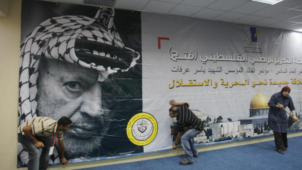 MINNES: Yassir Arafat er ikke glemt. Her dekoreres lokalet for partikongressen til Fatah som avholdes i dag. Foto: Nasser Shiyoukhi/Scanpix/AP