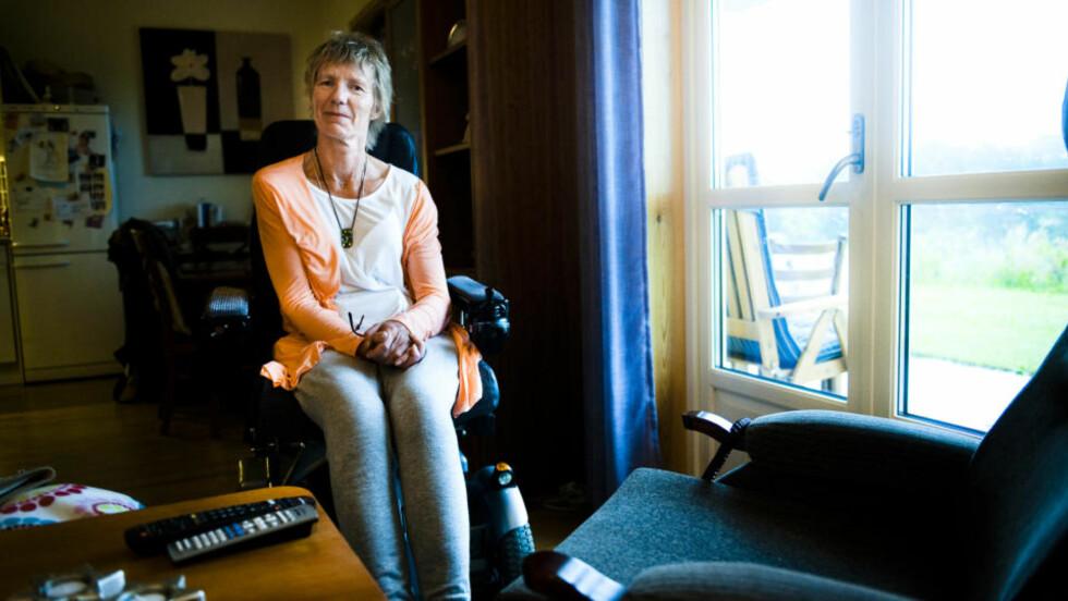 SATT I STOLEN: Bente Thore (52) satt i stolen ute av stand til selv å kunne komme seg i seng, da nattevaktene fra hjemmesykepleien forlot henne midt på natta. Foto: Håkon Eikesdal