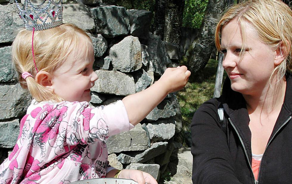 GULLGRAVENDE PRINSESSE: Sanna (2) og mamma Marita Figenscou har funnet gull i Kongeparken. - Den skal vi bytte mot ekte gullpenger, forteller Sanna fornøyd. Foto: Line Brustad
