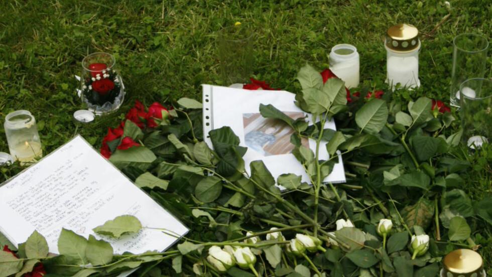 BESØKTE ÅSTEDET: Flere venner og bekjente besøkte stedet hvor Lars Erik Flem Andersen (18) ble funnet drept for over en uke siden. Flere hadde tent lys, lagt igjen hilsener og blomster.  Foto: Morten Holm / SCANPIX