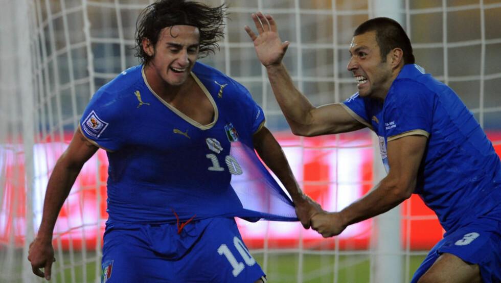 KLAR FOR LIVERPOOL: Den italienske landslagsspilleren Alberto Aquilani er solgt til Liverpool. Her feirer han sammen med Andrea Dossena som skal være på vei fra Liverpool til Napoli. Foto: EPA