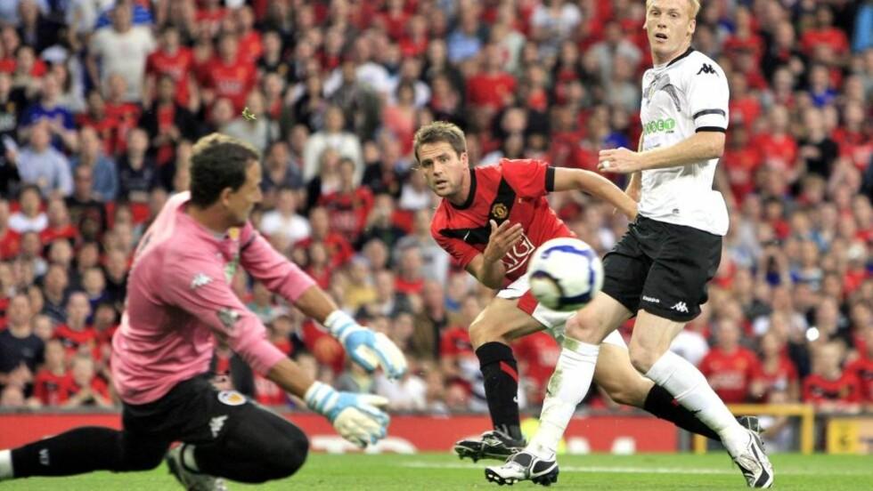FULL STOPP: Michael Owen klarte aldri å lure Valencia-keeper Cesar Sanchez i går kveld. Manchester United vant likevel sikkert 2-0.  Foto: SCANPIX/EPA/MAGI HAROUN