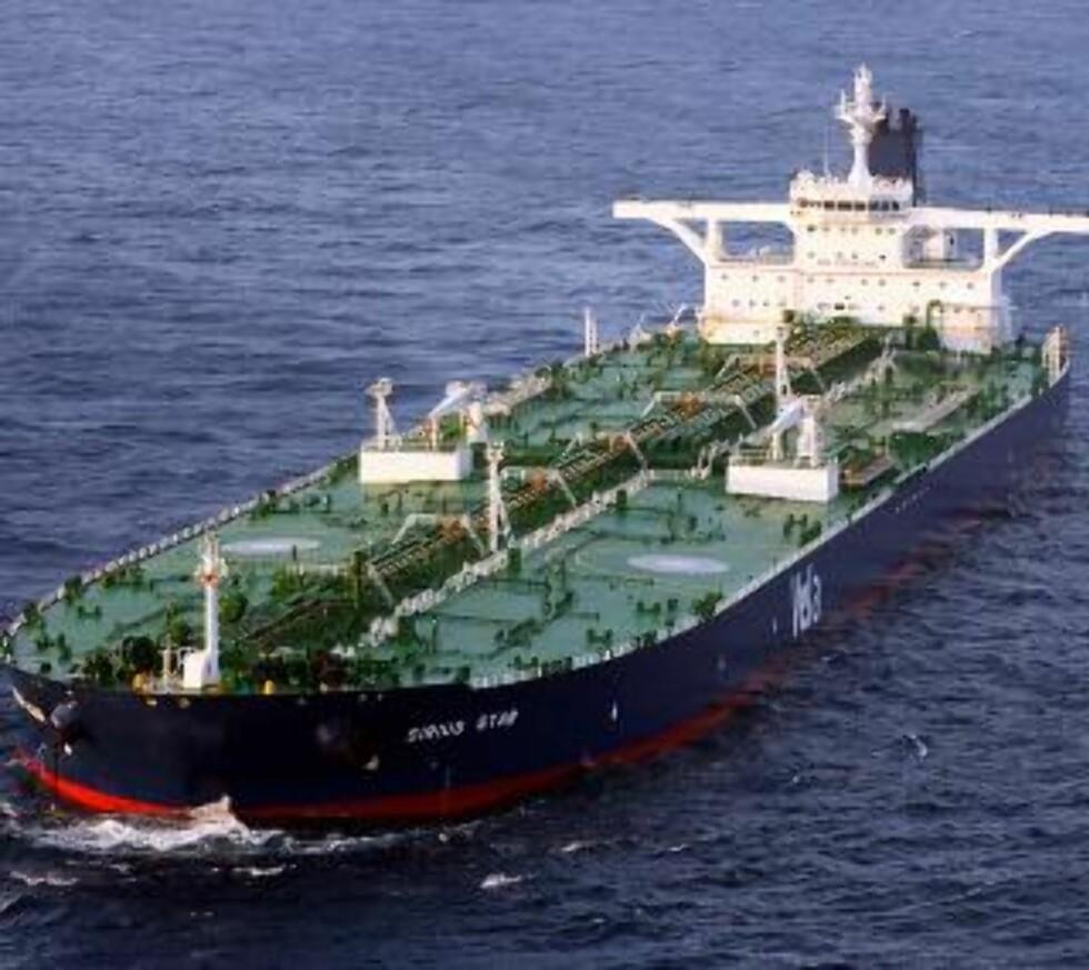 SUPERTANKER: Slike supertankere passerer det mange av langs kysten allerede. Dersom oljen fra Lofoten og Vesterålen ilandføres, er sjansen stor for at skipene går inn til land for å hente den med seg til markedene. En supertanker kan ta opp til 300 000 tonn råolje. Foto: Ap