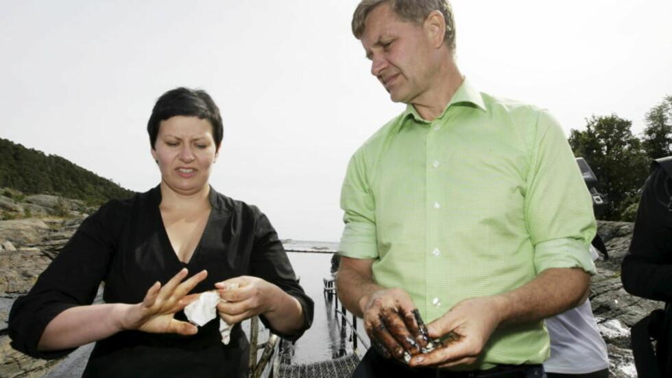 STØTTER STATOILHYDRO-SJEFEN: Helga Pedersen er enig med StatoilHydro-sjef Helge Lund. Her på befaring i Langesund tidligere denne uka. Foto: SCANPIX.