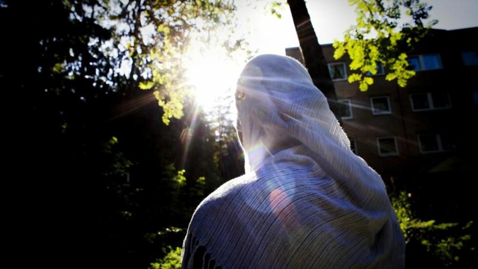 IKKE RÅD TIL SKOLEBØKER: Nawal (22) har jobbet som sommervikar i markedsanalysebedriften Berent i juni og juli i år. Hun klarer ikke en gang å finansiere skolebøkene for høstens semester på Universitetet i Oslo med det hun har tjent. Foto: Bjørn Langsem