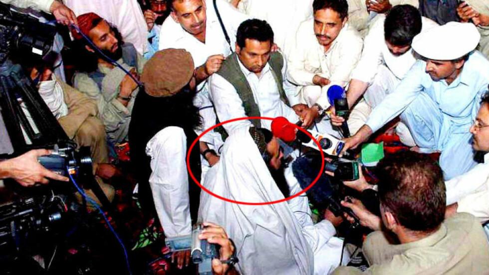 TALIBAN-LEDER: Baitullah Mehsud (35), lederen for pakistanske Taliban. Dette bildet er fra en av de sjeldne pressekonferansene han har hatt. Bildet er fra mai 2008. Foto: EPA/STR/SCANPIX