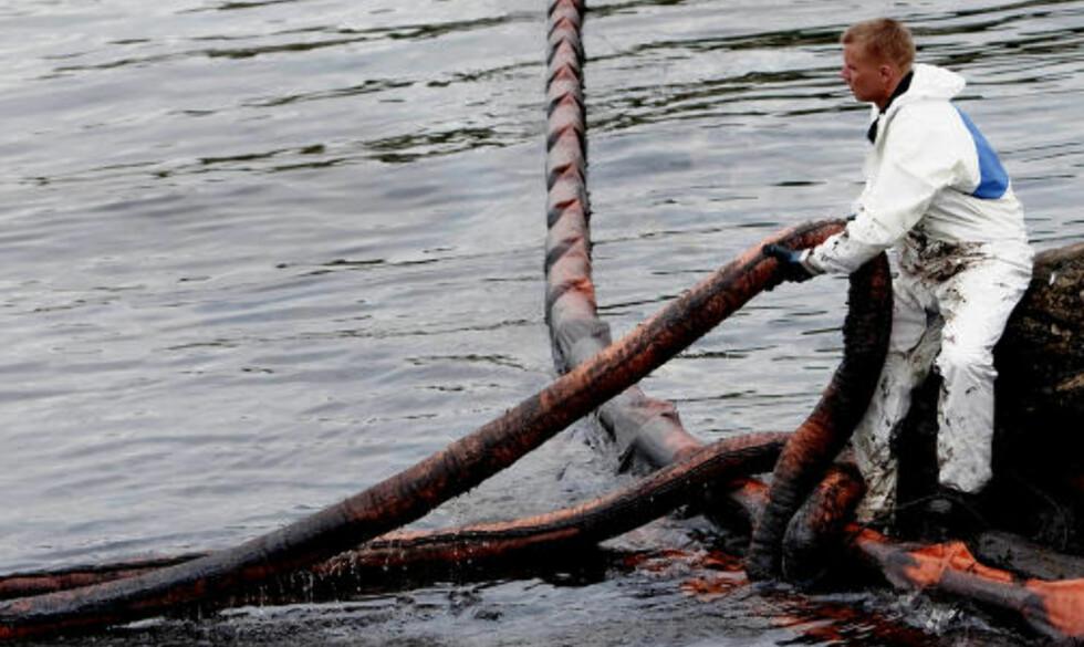 OMFATTENDE ARBEID: Oppryddning av oljesøl ved Krogshavn etter det havarerte bulkskipet Full City utenfor Langesund.   Foto: Stian Lysberg Solum / SCANPIX