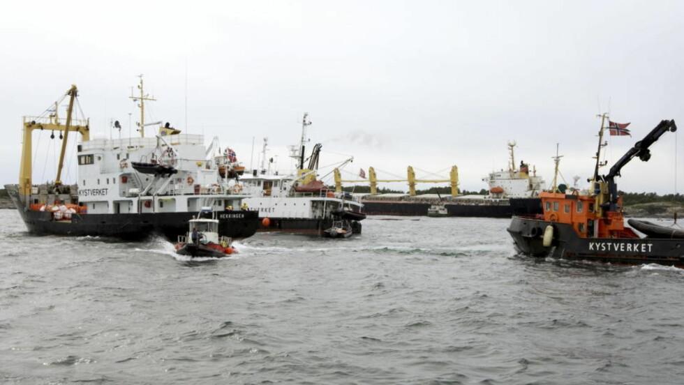 DYR JOBB: Opprydningen og bergingsarbeidet er i gang etter at skipet Full City grunnstøtte utenfor Langesund, og skapte en store miljøskader. Foto: Terje Bendiksby / SCANPIX