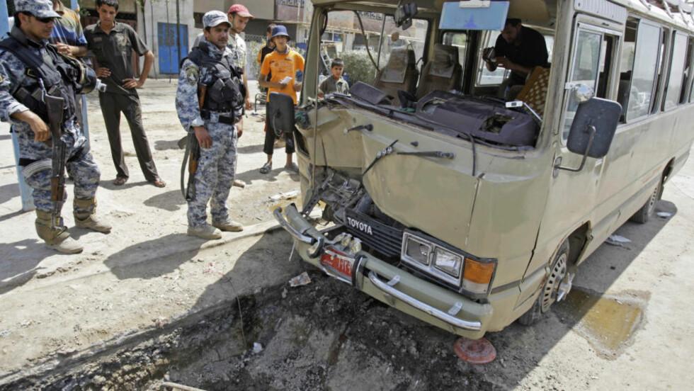 30 DREPT: Irakiske politimenn sikrer området der en bilbombe gikk av utenfor en moské nær Mosul nord i Irak. Foto: AP Photo/Karim Kadim