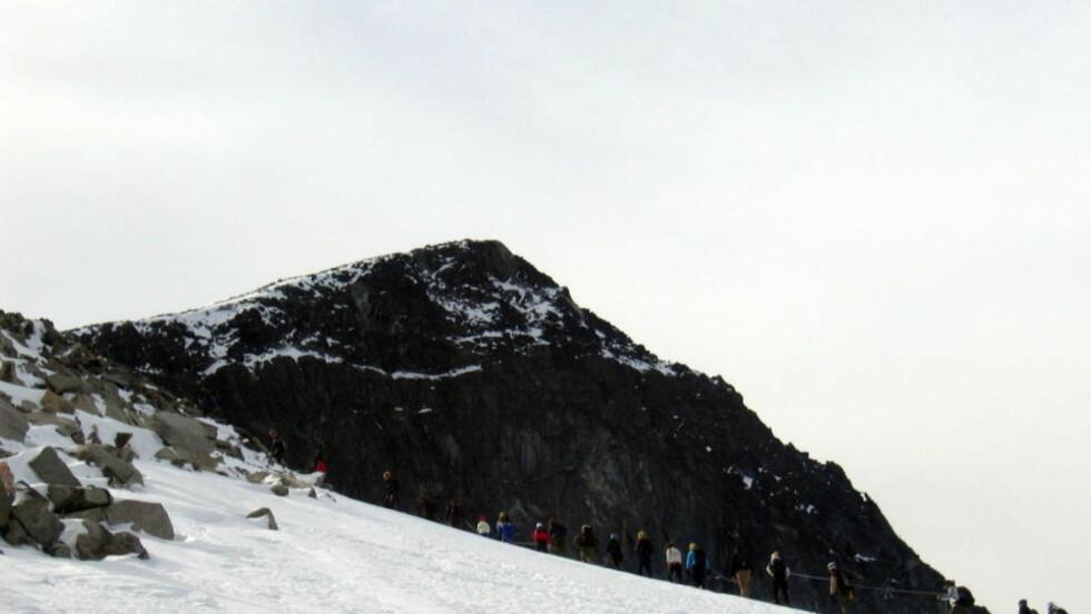 GALDHØPIGGEN:  En kvinne i 70-årene omkom på vei ned fra Galdhøpiggen i dag. Arkivfoto:  Scanpix .