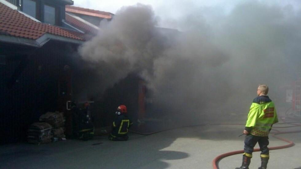 BRANT KRAFTIG: Årsaken til brannen i Dombås senter er ikke kjent, men brannen er nå slukket. Foto: Leserfoto