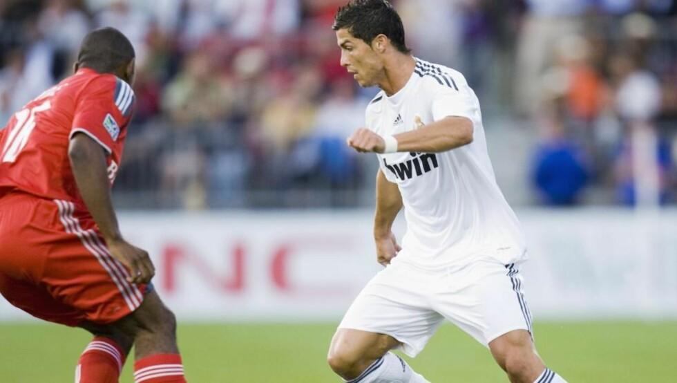 SCORET: Cristiano Ronaldo scoret igjen for Real Madrid. Allerede etter halvtimen spilt, ledet storklubben 3-0 over Toronto. Her i duell med Toronto-forsvarerMarvell Wynne. Frank Gunn / AP.