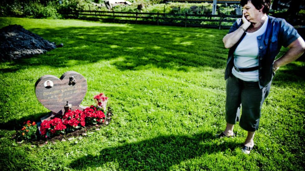 SISTE HVILE: Ifølge dommeren var Christoffers siste tid et helvette. Han ble bare åtte år gammel. Men heller ikke i døden får han fred. Trist registrerer mormor Ragnhild Gjerstad at graven i forrige uke ble utsatt for hærverk - igjen. Av hensyn til en forestående begravelse har hun ryddet og beplantet grava på nytt. Foto: Thomas Rasmus Skaug
