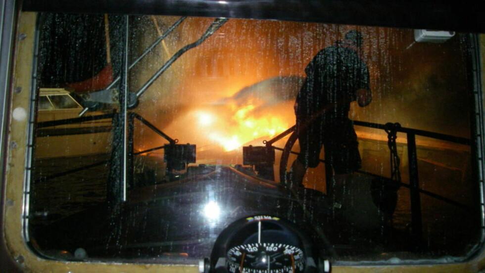 JOBBET IHERDIG: Redningsskøyta rykket umiddelbart ut til brannen ved Sandspollen ved Hurum natt til søndag. Foto: REDNINGSSELSKAPET