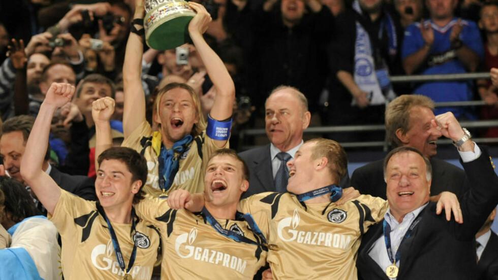 UEFACUPMESTERE: Dick Advocaat (t.h) og hans Zenit vant det nest gjeveste europeiske trofeet våren 2008. Nå har treneren fått sparken. Foto: AFP/RANCK FIFE