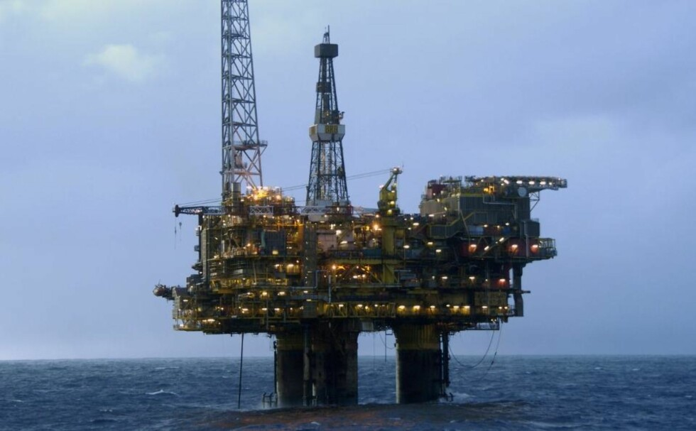 SLUTT: Med dagens utvinningstempo har vi olje i åtte år til hvis vi ikke finner mer, sier oljeforsker Helge Ryggvik. Foto: AFP PHOTO FILES/MARCEL MOCHET