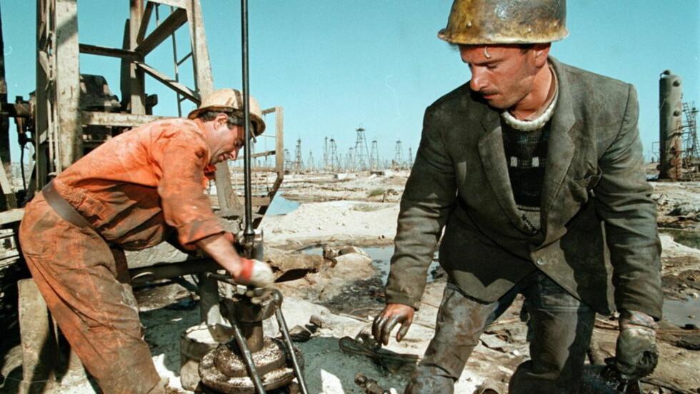 UTENLANDSK SATSING: Til tross for enorm oljesatsing i land som Aserbajdsjan, Nigeria, Angola og Canada, mener oljeforsker Helge Ryggvik at Statoil verken har oppnådd driftsansvar, overskudd eller arbeidsplasser av særlig betydning. Her fra oljearbeidere i Aserbajdsjan. Foto: AFP/Scanpix