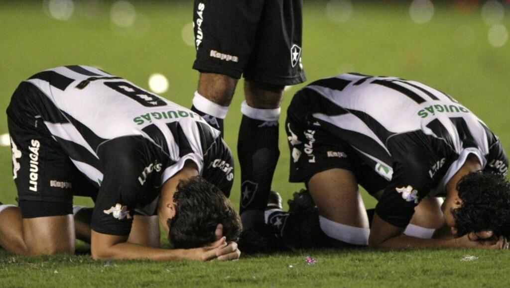 TAPTE MOT FLAMENGO: Her depper Botafogo-spillerne etter finaletapet i Rio-mesterskapet i mai. Nå har også spillernes trener fått sparken. Foto: REUTERS/Bruno Domingos