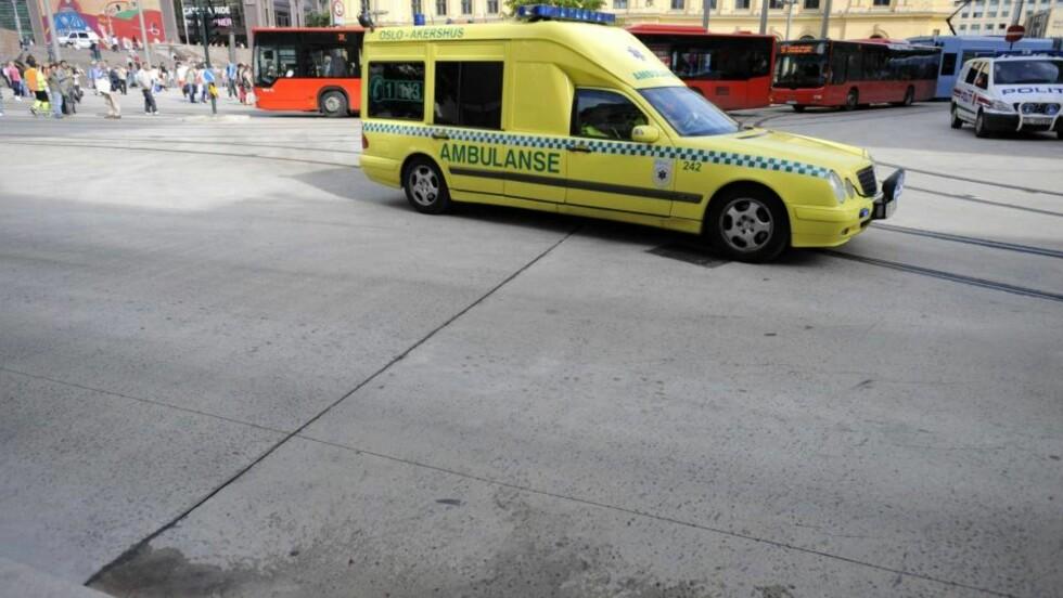 MANN TRUFFET AV BUSS: En eldre mann ble fraktet vekk i ambulanse. Foto: THOMAS RASMUS SKAUG/Dagbladet