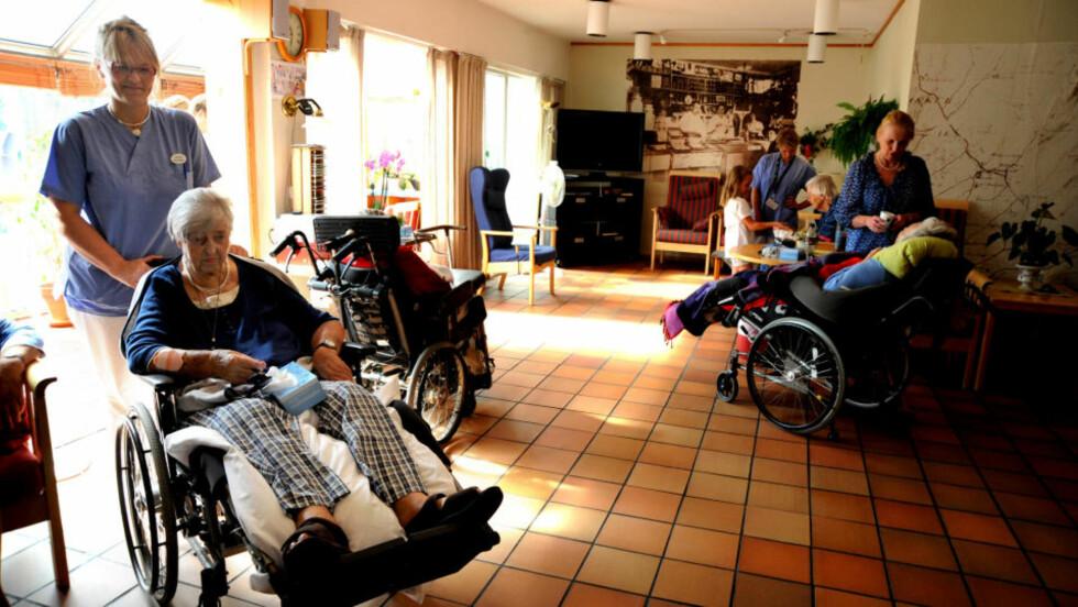 FØLER SEG UTRYGG: —Jeg føler meg utrygg når det er så få sykepleiere på jobb, sier Bjørg Hidle (83), som er bor på Stabekk bo- og behandlingssenter. Her sammen med sykepleier Birgit Kaasa.  Foto: ØISTEIN NORUM MONSEN
