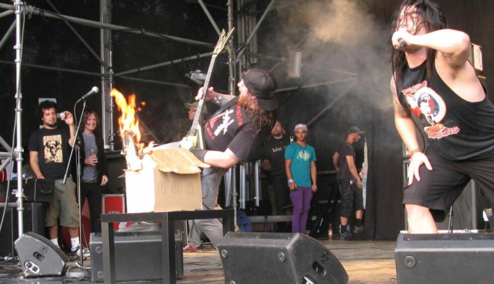 KIRKEBRENNING: Thrashmetall-bandet Municipal Waste hadde kanskje studert blackmetal-stereotypiene litt vel hardt. I kveld sto de på scenen på Øyafestivalen. Foto: Jonas Pettersen