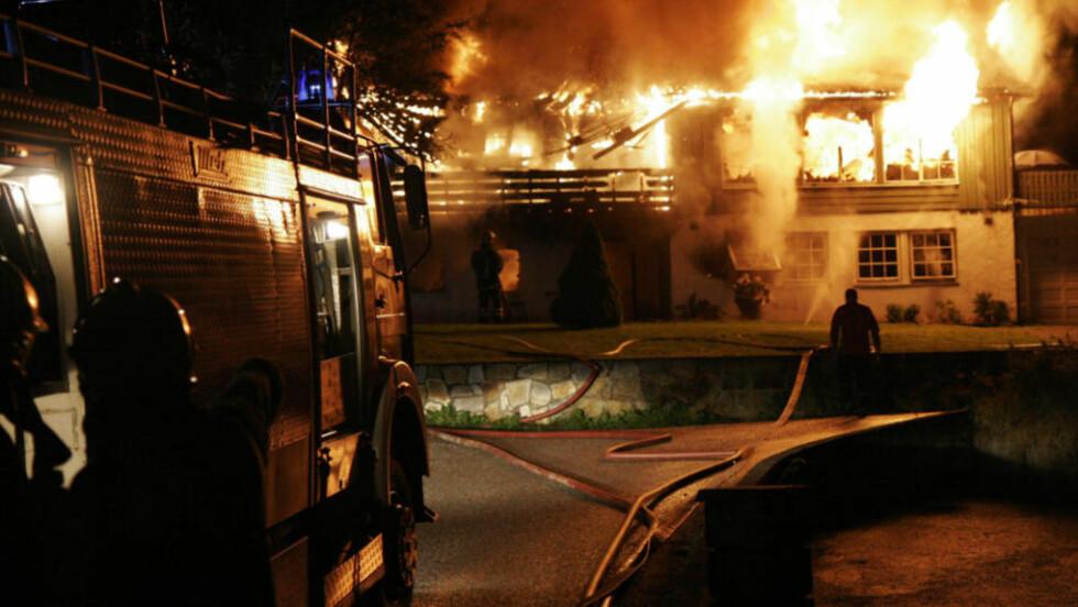 TOTALSKADD: Da utrykningskjøretøyene ankom et brennende hus i Førde i kveld var huset allerede overtent. En person er pågrepet og vil bli avhørt i morgen, torsdag. Foto: Daniel Røed