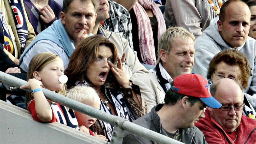 PÅ TRIBUNEN: Da John Arne Riise scoret for Norge, ble inntrykkene for sterke for mamma Berit. Hun satt på tribunen sammen med ektemannen Tormod og barnebarna Ariana (til John Arne) og Noah (til Bjørn Helge). Foto: ARNT E. FOLVIK