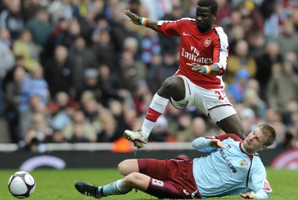 BENKEN? Christian Kalvenes takler Arsenals Emmanuel Eboue i FA-cupkampen i mars. I morgen debuterer Kalvenes i Premier League for Burnley, men tror selv han starter på benken.Foto: Toby Melville, Reuters/Scanpix