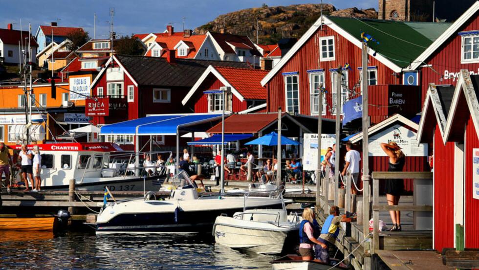FJÄLLBACKA: Bryggan er stedet å se og bli sett i den populære feriebyen. Foto: Kirsten Margrethe Buzzi