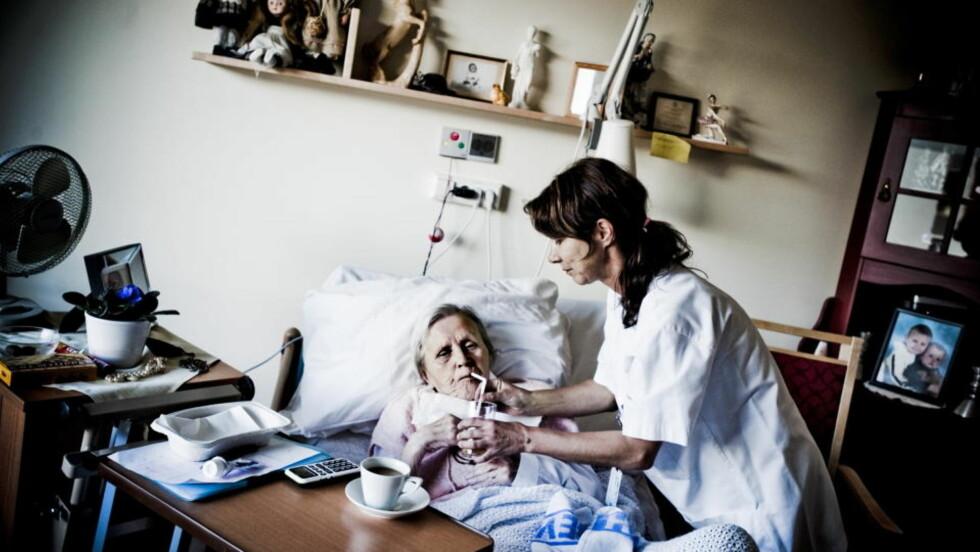 DÅRLIG TID: - Jeg føler at jeg ikke får tid til å gi den hjelpen jeg ønsker, sier sykepleier Heidi Sjøwall (47). Her sammen med pasient Aase M. Ski Carlsen. Foto: THOMAS RASMUS SKAUG/DAGBLADET