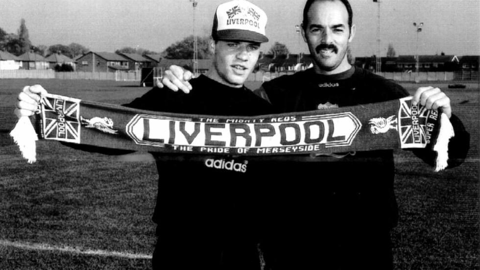 """SNART VOKSEN:Stig Inge Bjørnebye var 23 år da han kom til Liverpool og engelsk fotball. I ettertid har han ønsket at han hadde ventet lenger. De ti åra som fulgte var preget av vonde følelser. Nå har han skrevet boka """"Løsrivelse"""". Her står han sammen med keeperlegenden Bruce Grobbelaar."""
