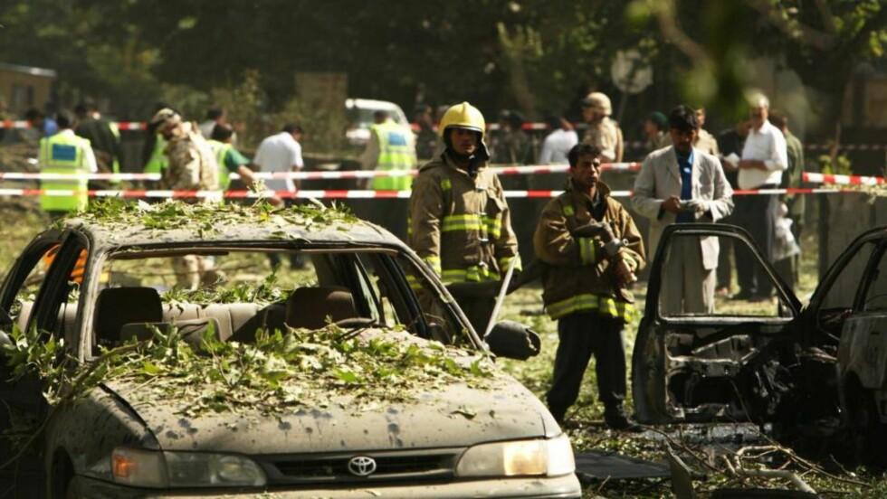 AVSPERRET:  Politi og redningssmannskaper jobber på eksplosjonsstedet i Kabul i formiddag.  Foto: EPA/SCANPIX.