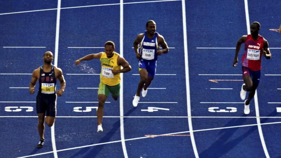 VIDERE: Jaysuma Saidy Ndure (t.h.) kvalifiserte seg til semifinalen på 100m under VM i friidrett. Ndure ble nummer tre i sitt heat bak Tyson Guy (tv) og Michael Frater.Foto: Scanpix