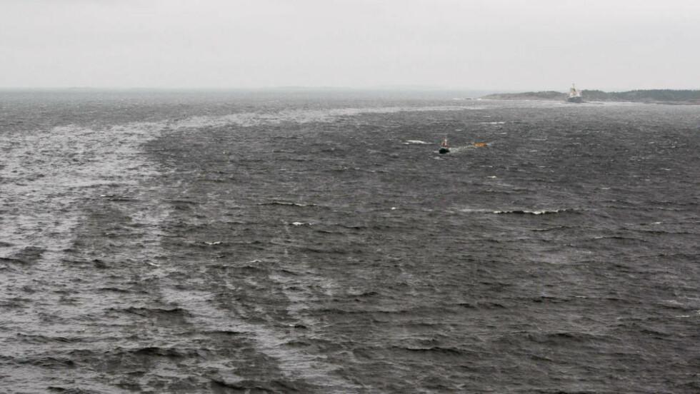 OLJESØL: Det er hardt vær ved Langesund i kveld. IUA-utvalget rykker ut, og forteller at det er en ukontrollert  lekkasje. Foto: Per Flåthe