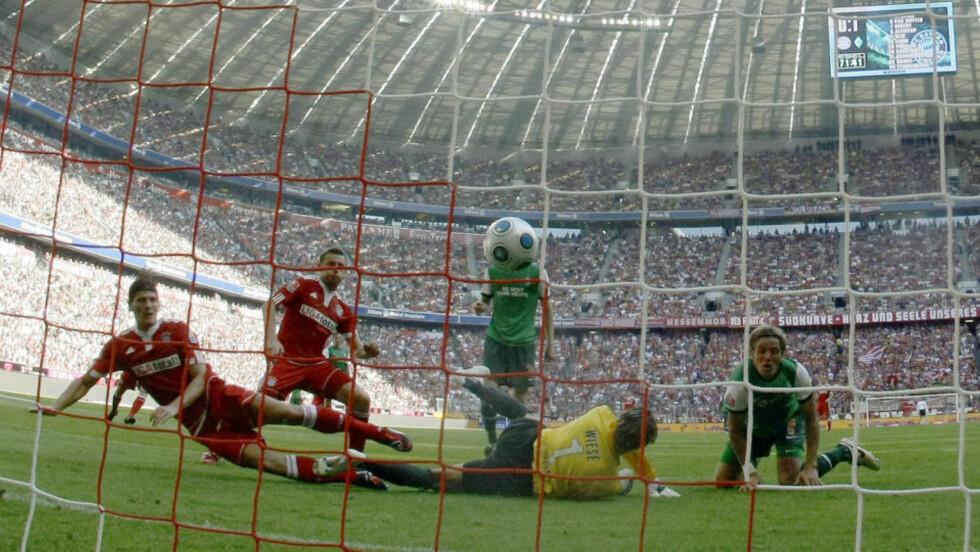 POENGTAP: Mario Gomez utlikner til 1-1 for Bayern, noe som likevel kanskje må anses som et tap for München-laget.Foto: Scanpix/REUTERS/Thomas Bohlen.