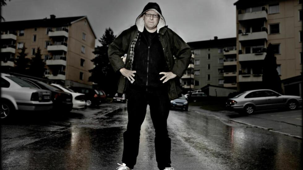 PÅ GAMLE TRAKTER: Forfatter Roy Jacobsen foran blokka han vokste opp i. Foto: Lars Eivind Bones