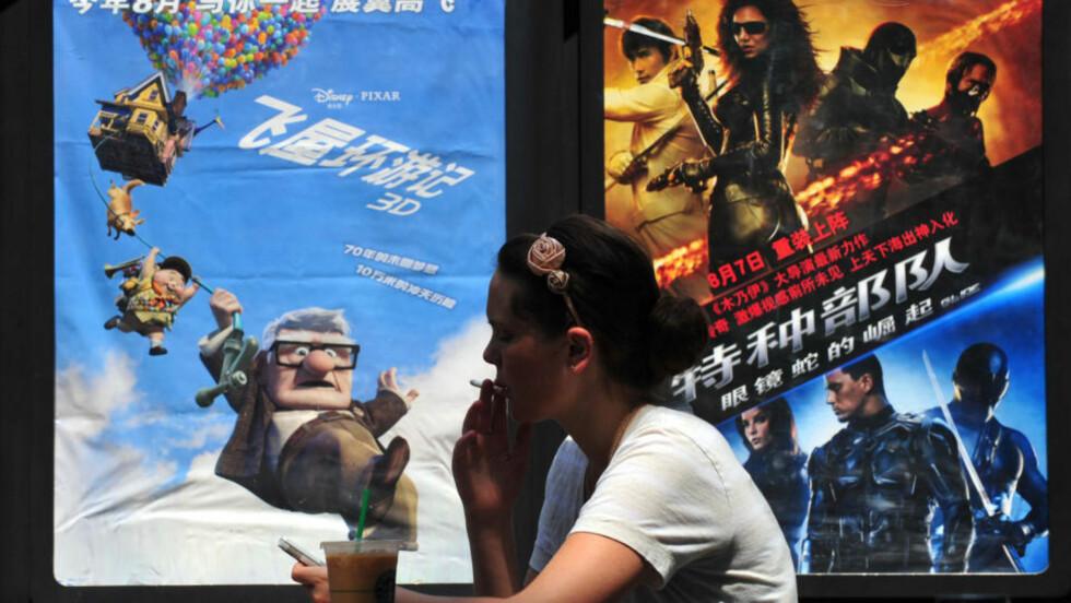 VIL ANKE WTO: Reklameplakater for utenlandske filmer i i Beijing. WTO har pålagt Kina å lempe på importreguleringene mot produkter fra utlandet. I Kina har statlige selskaper monopol på import av medievarer. Foto: Frederic J. Brown/Scanpix