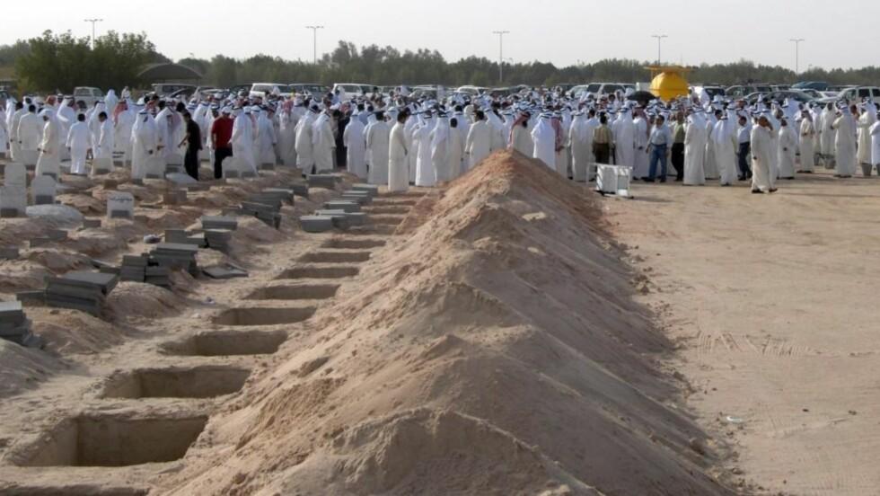 43 DØDE:  43 kvinner og barn mistet livet da det begynte å brenne i et telt under et bryllup i Kuwait. Her begraves noen av ofrene på kirkegården Sulabikhat i Kuwait-by. Foto: EPA/RAED QUTENA/Scanpix
