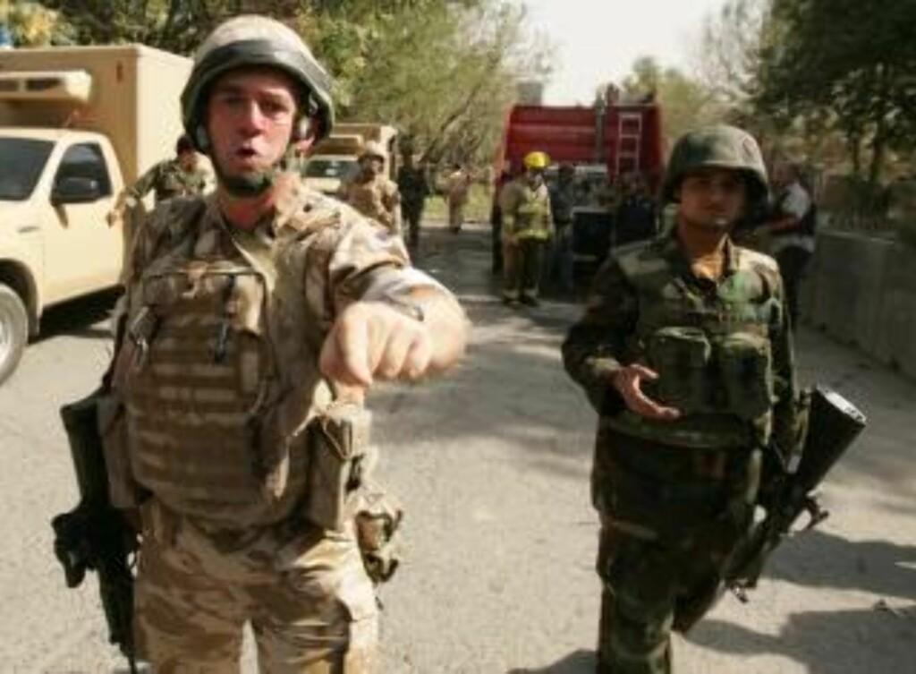 ISAF HVILER: EN britisk soldat holder journalister unna et åsted for et selvmordsangrep i forrige uke. ISAF-styrkene vil ikke gjennomføre noen offensive angrep på valgdagen torsdag. Foto: Scanpix