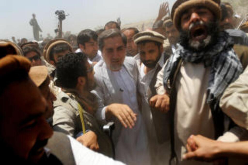 KANDIDAT: Abdullah Abdullah (i midten) er én av 41 kandidater som stiller til valg for å bli Afghanistans nye president. Han har tidligere vært utenriksminister, men ble kastet ut av regjeingen i 2006. Anses av mange eksperter som den største utfordreren til sittende president Hamid Karzai. Foto: Scanpix