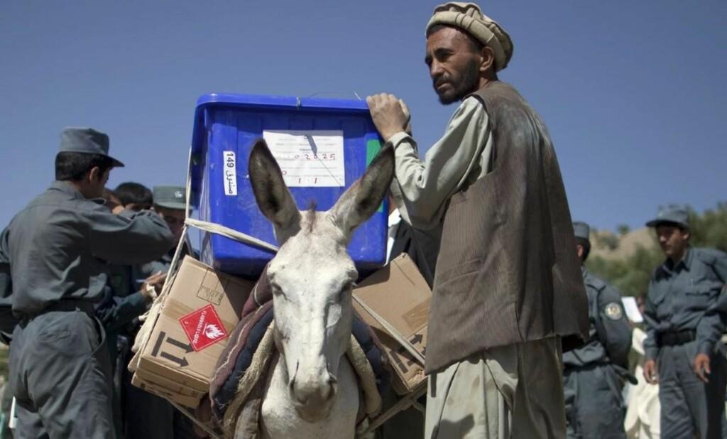 OMFATTENDE SIKKERHETSTILTAK: En mann leder eselet sitt som bærer utstyr til et valglokale i Panjshir-provinsen, omtrent 113 kilometer nord for Kabul. Sikkerheten rundt valget er omfattende. Foto: Scanpix