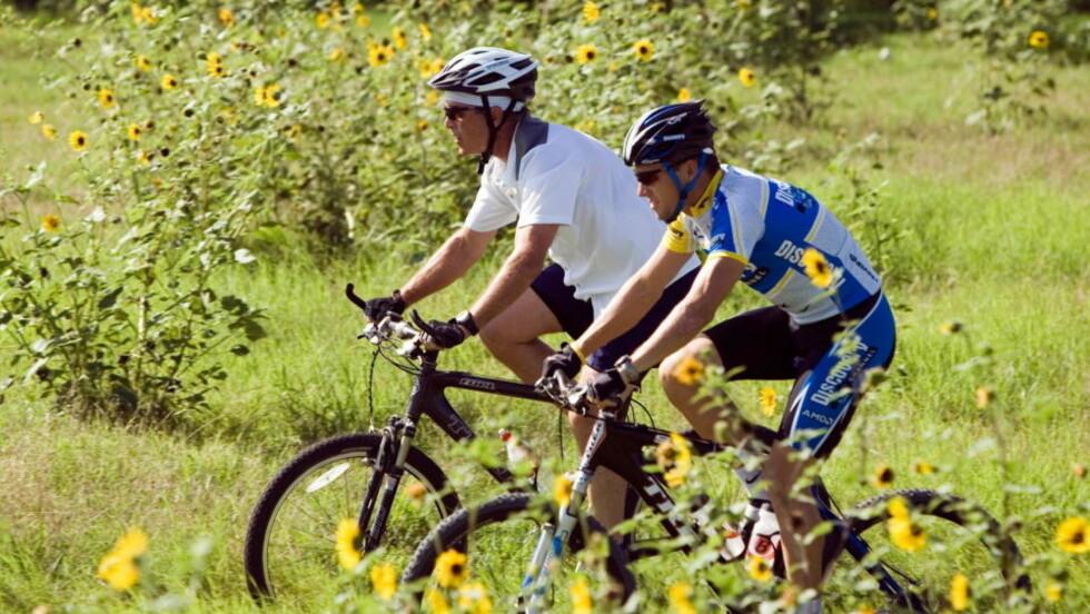 SYKKELTUR MED BUSH: Lance Armstrong forteller at han er en personlig venn av tidligere president George W. Bush, men at de to har forskjellig syn i mange politiske saker. Foto: REUTERS