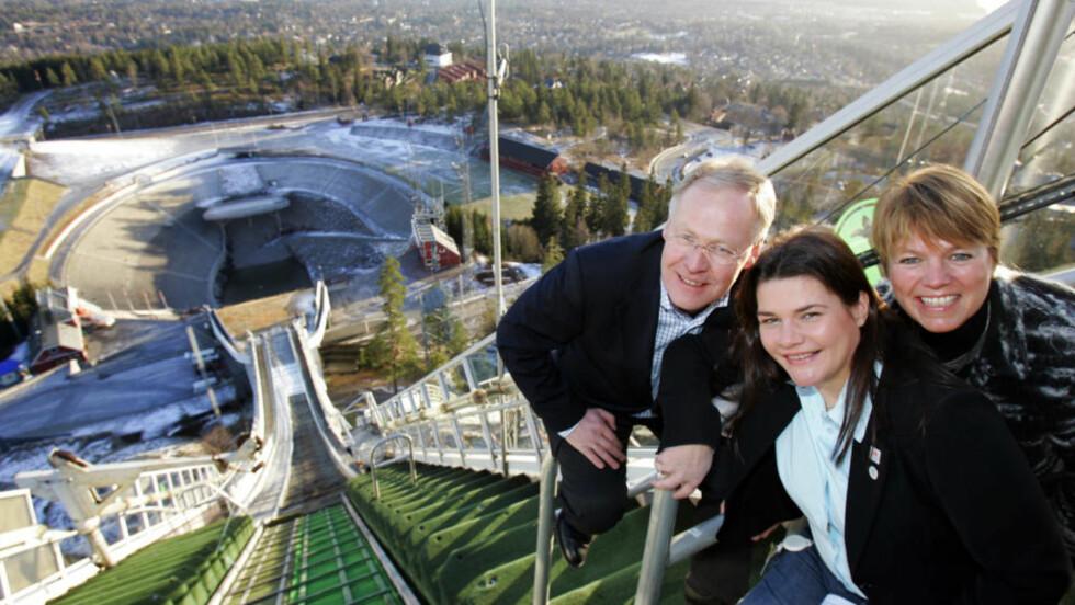 GLEDE: I 2007 smilte både skipresident Sverre Seeberg, Anette Wiig Bryn, Oslos byråd for næring og kultur og Bente Lier, generalsekretær i Skiforeningen Nå er det klart at det nye Holmenkollen-anlegget vil koste 1,8 milliarder kroner. 600 millioner mer enn planlagt. FOTO: SCANPIX .